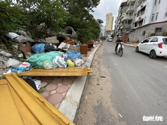 Mới mở 2 năm, đường Đồng Cổ giữa thủ đô đã đầy rác - Ảnh 3.
