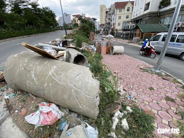 Mới mở 2 năm, đường Đồng Cổ giữa thủ đô đã đầy rác - Ảnh 4.
