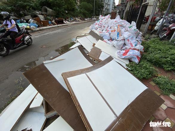 Mới mở 2 năm, đường Đồng Cổ giữa thủ đô đã đầy rác - Ảnh 5.