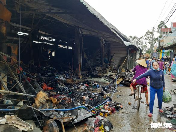 Cháy lớn ở chợ Nhị Quý, thiệt hại khoảng 5 tỉ đồng - Ảnh 5.