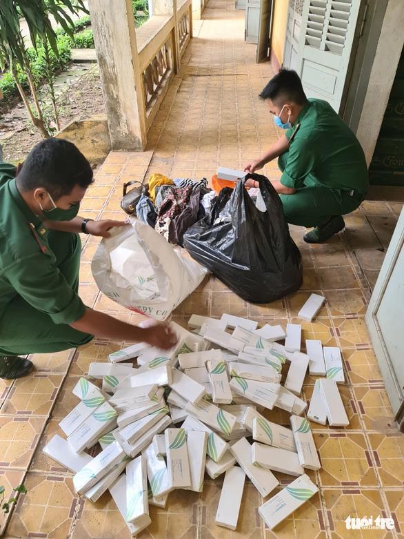 Thấy biên phòng, nhóm buôn lậu chạy bỏ lại bao tải que ngừa thai Hà Lan - Ảnh 1.