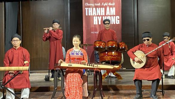 Nhóm nghệ sĩ khiếm thị chơi 'Sóng gió' bằng nhạc cụ dân tộc - Ảnh 2.