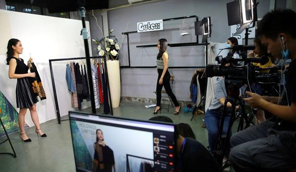 Dân kinh doanh Trung Quốc livestream bán tất tần tật mọi mặt hàng - Ảnh 1.