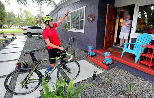 Đạp xe gần 5.000 cây số để cổ vũ tinh thần mùa dịch - Ảnh 1.