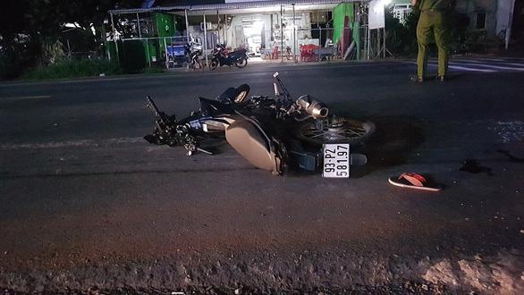 Xe máy tông mẹ ẵm con đi bộ, 3 người chết - Ảnh 1.
