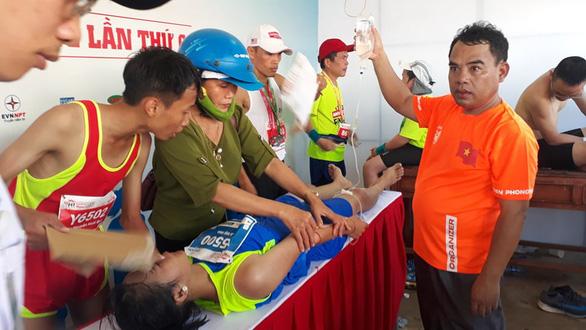 Nhiều VĐV ngất xỉu tại giải marathon ở Lý Sơn, 2 người phải đưa vào bờ cấp cứu - Ảnh 1.