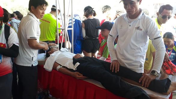 Nhiều VĐV ngất xỉu tại giải marathon ở Lý Sơn, 2 người phải đưa vào bờ cấp cứu - Ảnh 3.