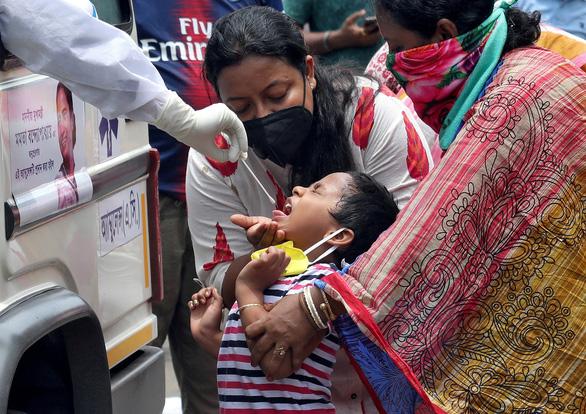 Ấn Độ sắp thay Nga là nước có nhiều ca nhiễm COVID-19 thứ ba thế giới - Ảnh 1.