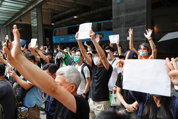 Sách của những nhà đấu tranh dân chủ bị rút khỏi thư viện công cộng ở Hong Kong - Ảnh 1.