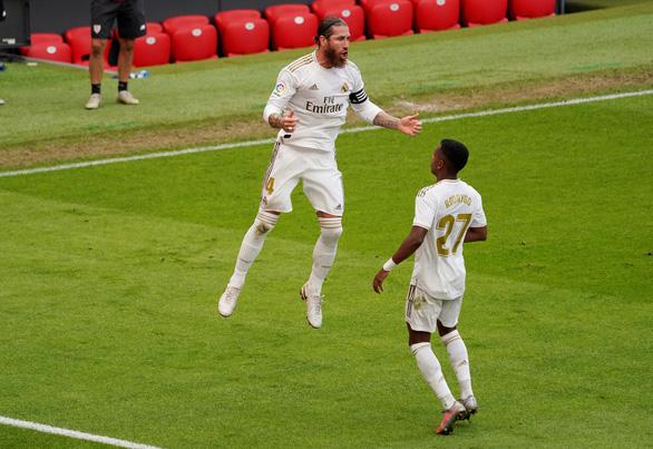 Ramos ghi bàn từ chấm phạt đền giúp Real Madrid hơn Barca 7 điểm - Ảnh 1.