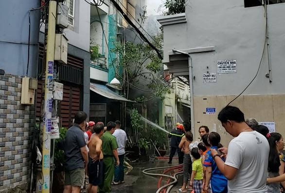 Nhà khóa trái cửa ở Tân Bình bất ngờ phát cháy, công an đang phong tỏa - Ảnh 1.