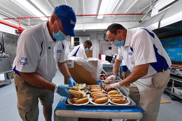 Cuộc thi ăn hot dog náo nhiệt bất chấp COVID-19, nhà vô địch xơi 75 chiếc - Ảnh 2.