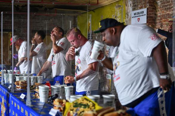 Cuộc thi ăn hot dog náo nhiệt bất chấp COVID-19, nhà vô địch xơi 75 chiếc - Ảnh 4.