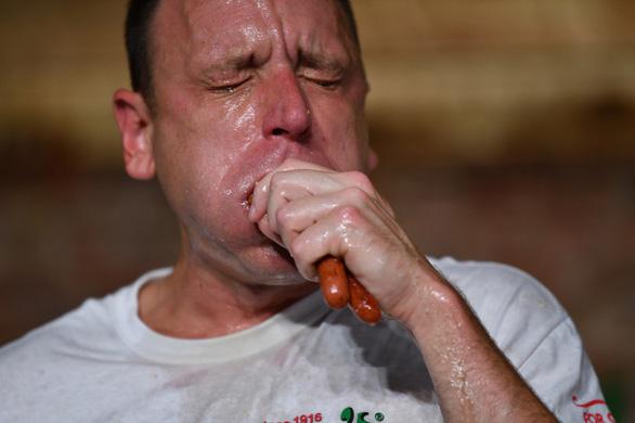 Cuộc thi ăn hot dog náo nhiệt bất chấp COVID-19, nhà vô địch xơi 75 chiếc - Ảnh 1.