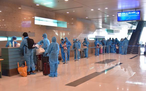 Ba hãng bay tăng chuyến đưa công dân Việt về nước - Ảnh 1.
