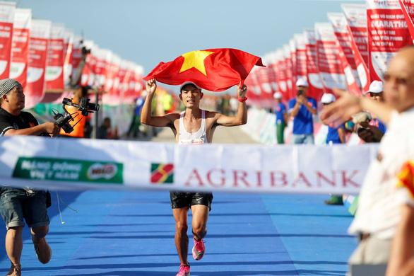 Hoàng Nguyên Thanh vô địch cự ly 42km tại Tiền Phong marathon 2020 - Ảnh 1.