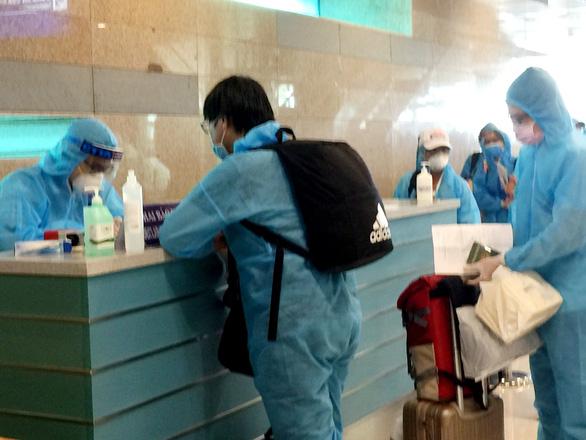 Sân bay Cần Thơ tiếp tục đón 309 công dân từ Malaysia về nước - Ảnh 1.