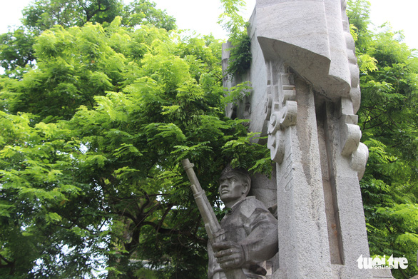 Tượng đài Quyết tử để Tổ quốc quyết sinh bị bong tróc, xuống cấp - Ảnh 1.