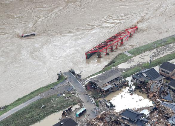 Mưa lũ gây cảnh tang hoang như sóng thần ở Nhật - Ảnh 6.