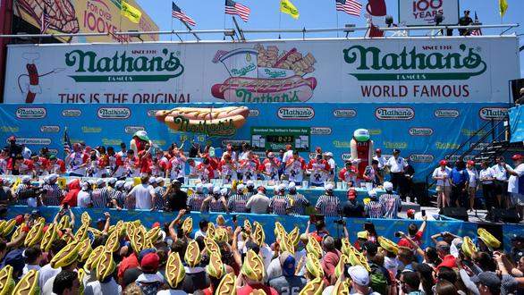 Cuộc thi ăn hot dog náo nhiệt bất chấp COVID-19, nhà vô địch xơi 75 chiếc - Ảnh 5.