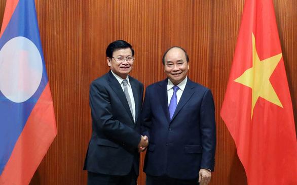 Thủ tướng Nguyễn Xuân Phúc hội đàm trực tiếp với Thủ tướng Lào - Ảnh 1.