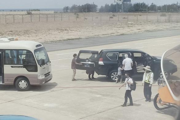 Phó bí thư thường trực Tỉnh ủy Phú Yên dùng xe biển xanh vào sát máy bay - Ảnh 1.