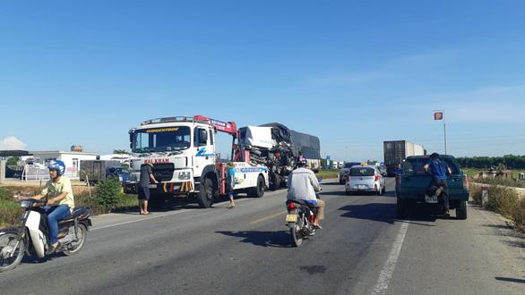 Xe tải đấu đầu xe container khiến 1 người chết, 2 người bị thương nặng - Ảnh 2.