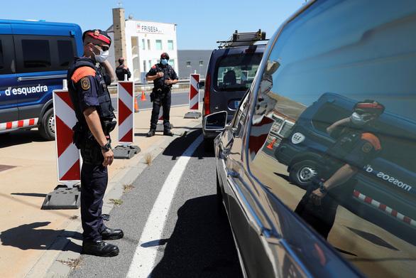 Thêm một thành phố của Tây Ban Nha bị tái phong tỏa vì COVID-19 - Ảnh 2.