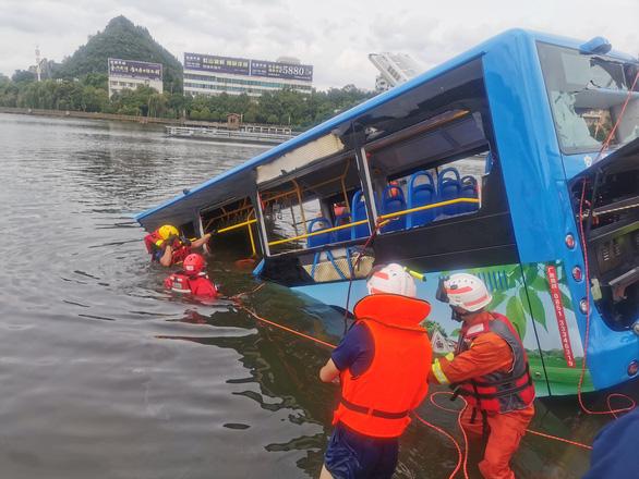 Xe buýt chở học sinh thi đại học lao xuống hồ, ít nhất 21 người thiệt mạng - Ảnh 1.