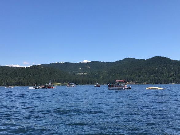 Hai máy bay va chạm rơi xuống hồ, 2 người chết và 6 người mất tích - Ảnh 1.