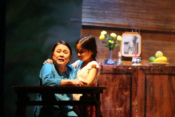 Nghệ sĩ Ái Như bị té chấn thương cột sống khi đang diễn - Ảnh 1.