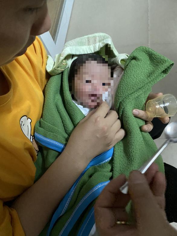 Phát hiện bé trai sơ sinh bị bỏ rơi trên ghế đá ở quận Tân Phú, TP.HCM - Ảnh 2.