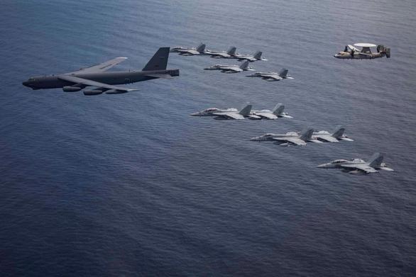 B-52H bay thẳng từ Mỹ tới Biển Đông tập trận ngay với tàu sân bay - Ảnh 1.