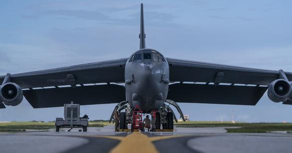 B-52H bay thẳng từ Mỹ tới Biển Đông tập trận ngay với tàu sân bay - Ảnh 2.