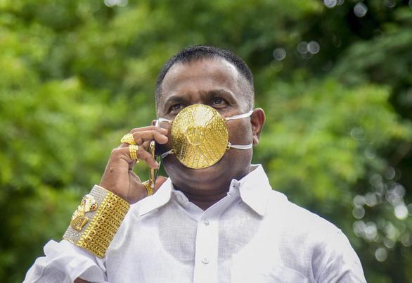 Người đàn ông đeo khẩu trang bằng vàng ròng để ngăn COVID-19 - Ảnh 1.