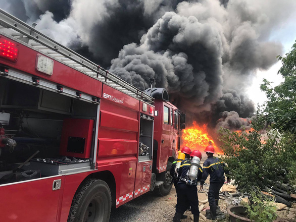 Cháy lớn kho chứa hàng tại khu công nghiệp ở Thanh Hóa - Ảnh 1.