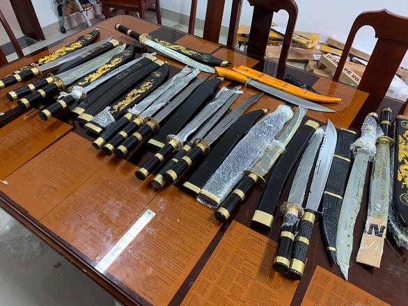 Bên trong những kiện hàng dễ vỡ chứa đầy dao và mã tấu - Ảnh 1.