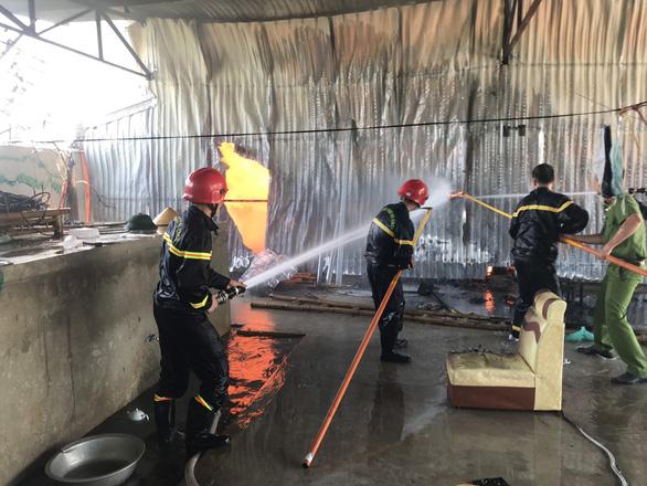 Cháy lớn kho chứa hàng tại khu công nghiệp ở Thanh Hóa - Ảnh 2.