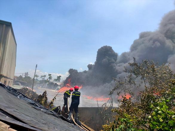 Cháy lớn kho chứa hàng tại khu công nghiệp ở Thanh Hóa - Ảnh 3.