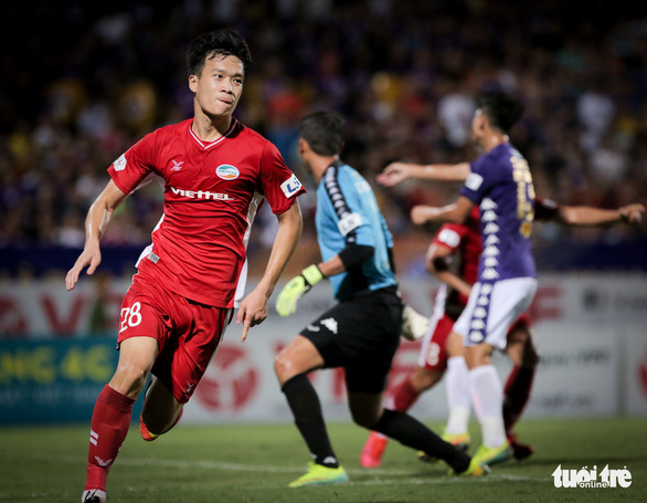 Bùi Tiến Dũng suýt dính trọn đòn trả đũa của ngoại binh Hà Nội FC - Ảnh 7.