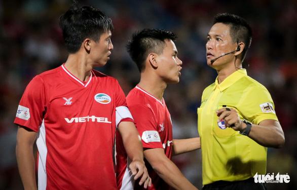 Bùi Tiến Dũng suýt dính trọn đòn trả đũa của ngoại binh Hà Nội FC - Ảnh 5.