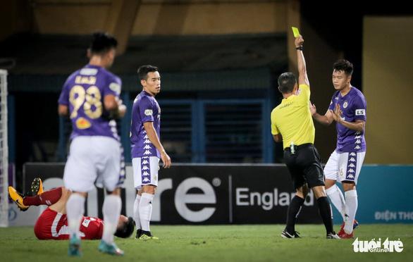 Bùi Tiến Dũng suýt dính trọn đòn trả đũa của ngoại binh Hà Nội FC - Ảnh 6.