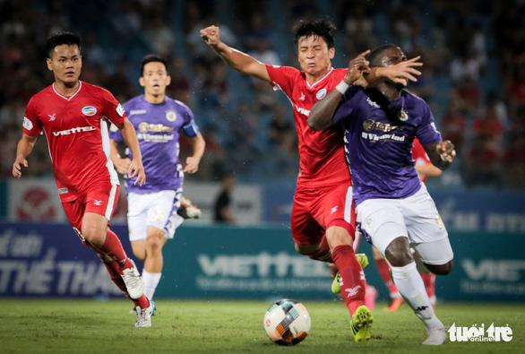 Bùi Tiến Dũng suýt dính trọn đòn trả đũa của ngoại binh Hà Nội FC - Ảnh 2.