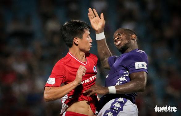Bùi Tiến Dũng suýt dính trọn đòn trả đũa của ngoại binh Hà Nội FC - Ảnh 3.