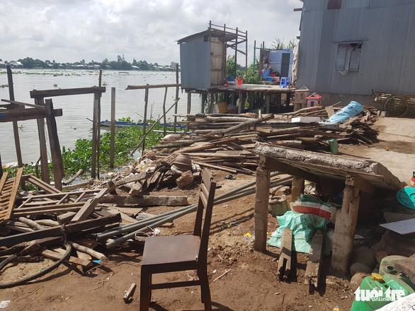 Bờ sông Hậu sạt lở mạnh, di dời khẩn cấp hàng chục nhà dân - Ảnh 4.