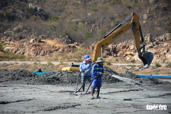 Xem xét kế hoạch di dời các hộ dân bị ảnh hưởng bụi từ nhiệt điện Vĩnh Tân - Ảnh 2.
