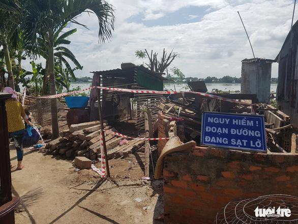 Bờ sông Hậu sạt lở mạnh, di dời khẩn cấp hàng chục nhà dân - Ảnh 1.