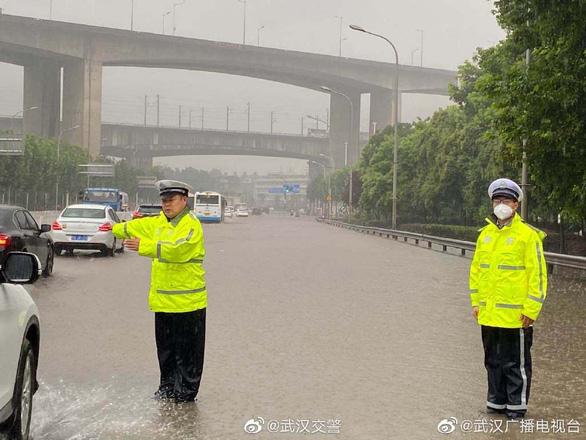 Mưa lũ lớn ở Trung Quốc: 121 người chết và mất tích, thiệt hại 6 tỉ USD - Ảnh 1.