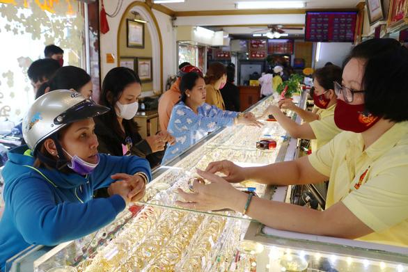 Giá vàng phá mốc 50 triệu đồng 1 lượng, cao hơn vàng thế giới - Ảnh 1.