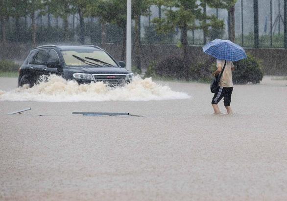 Từng đứng hình vì virus, Vũ Hán lại bị nhấn chìm dưới mưa như trút - Ảnh 4.